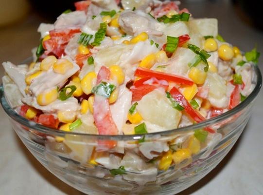 Салат с курицей и ананасами с сыром.