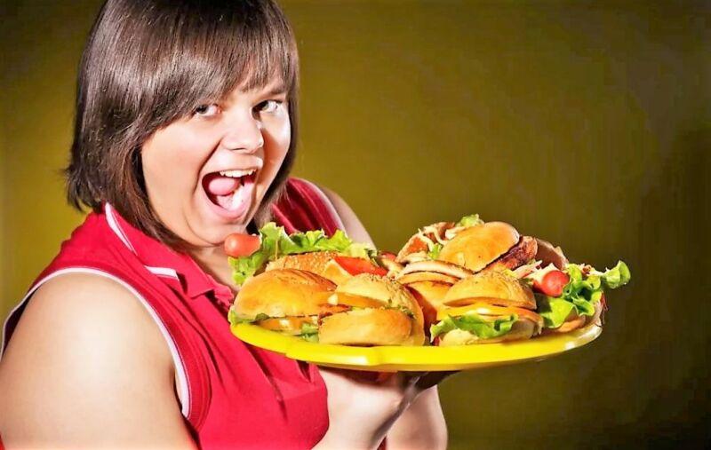 женщина ест вредную еду