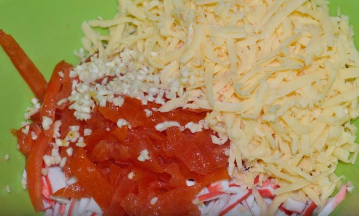 салат с крабовыми палочками, сыром и помидорами пошагово