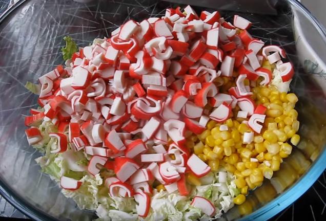 салат с крабовыми палочками, пекинской капустой и кукурузой