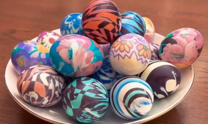 как покрасить яйца тканью