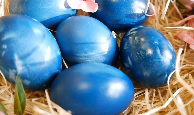 красим яйца краснокочанной капустой